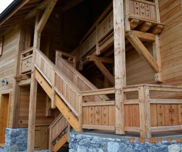 Escalier commun en mélèze ouvragé