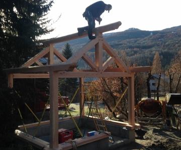 Construction d'un mazot en mélèze - pose de la charpente