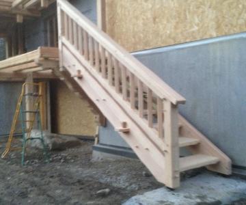 Pose de l'escalier réalisé à l'atelier de Alp Ecrins Construction