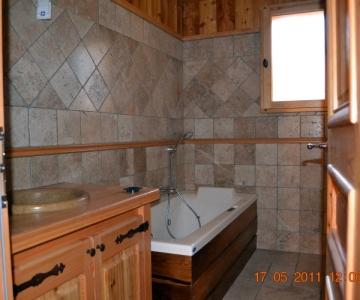 Salle de bains en travertin et meleze