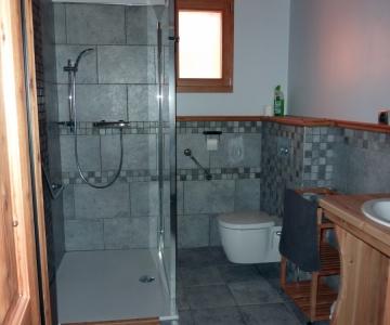 Salle de bains aux normes d'accessibilité pour handicap