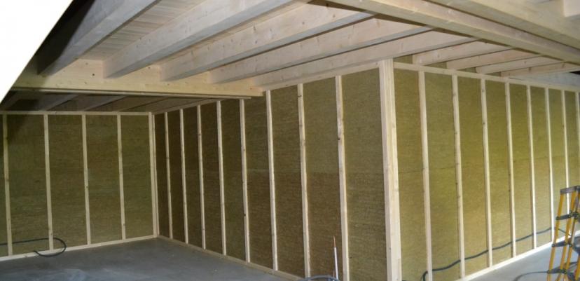 Rénovation d'une grange : isolation des doubles murs en laine de roche compressée