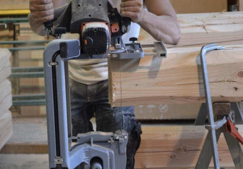 Alp'Ecrins Construction, charpentier-couvreur : chantournage à la scie ruban