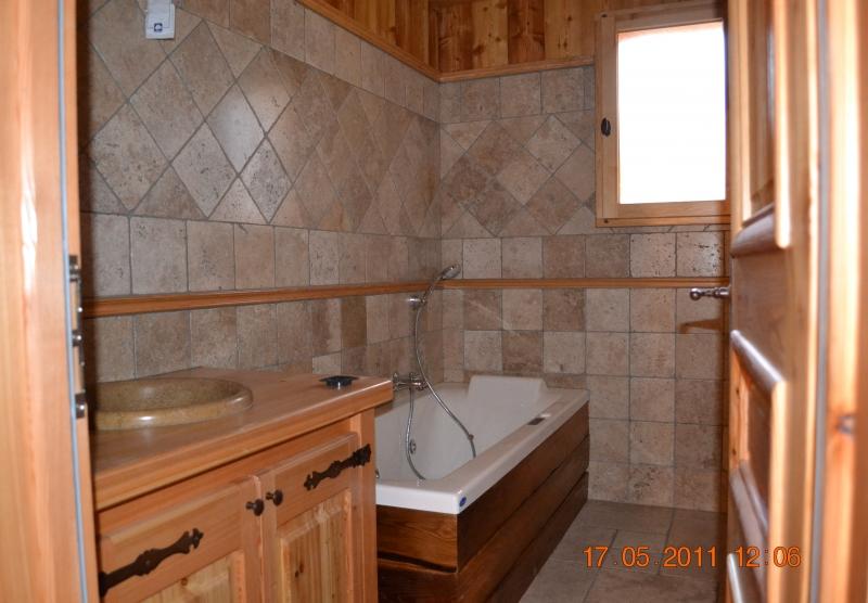 Salle de bain en travertin et mélèze - Pelvoux, Hautes-Alpes