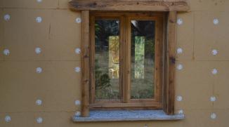 fenêtre vieux bois avec appui en pierre