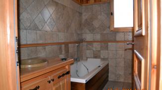 Salle de bains en travertin et mélèze